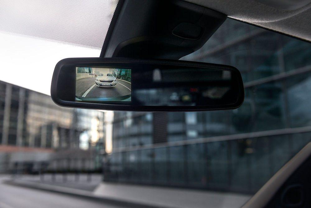 Elementos de alta tecnología, como la cámara de marcha atrás que se refleja en el retrovisor,so parte del equipo del Expert.