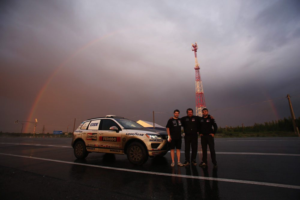 La expedición que ha completado el desafío por Eurasia posa junto a su vehículo