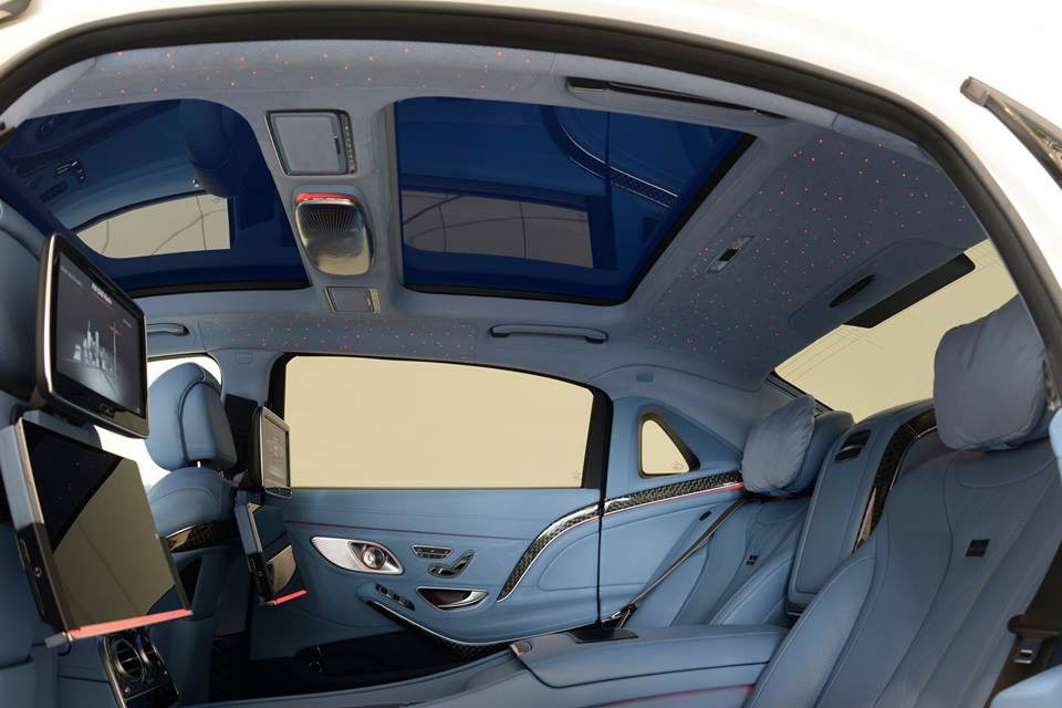 Se trata de un Mercedes-Maybach, y eso se nota en un habitáculo donde Brabus se ha esmerado con un completo acabado en cuero de color azul, que incluso llega al techo y al maltero. Sorprende su sofisticado sistema multimedia o un techo