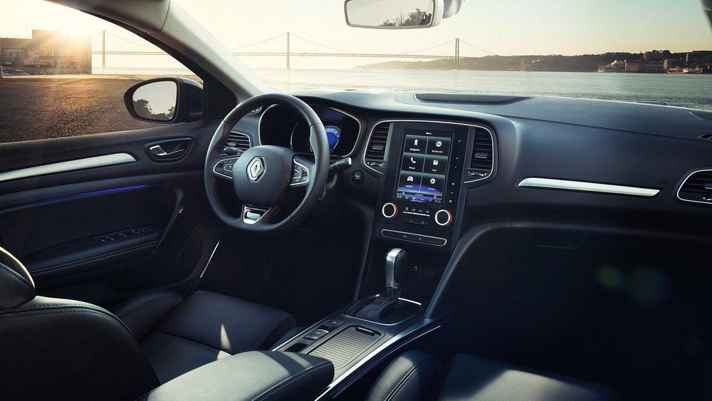 El diseño interior se hereda del resto de los Renault Mégane y podrá equpar el sistema Multisense, Head-Up-Display o techo panorámico entre otras muchas cosas. Brillará en amplitud, con un maletero que arranca en 508 litros de capacidad.