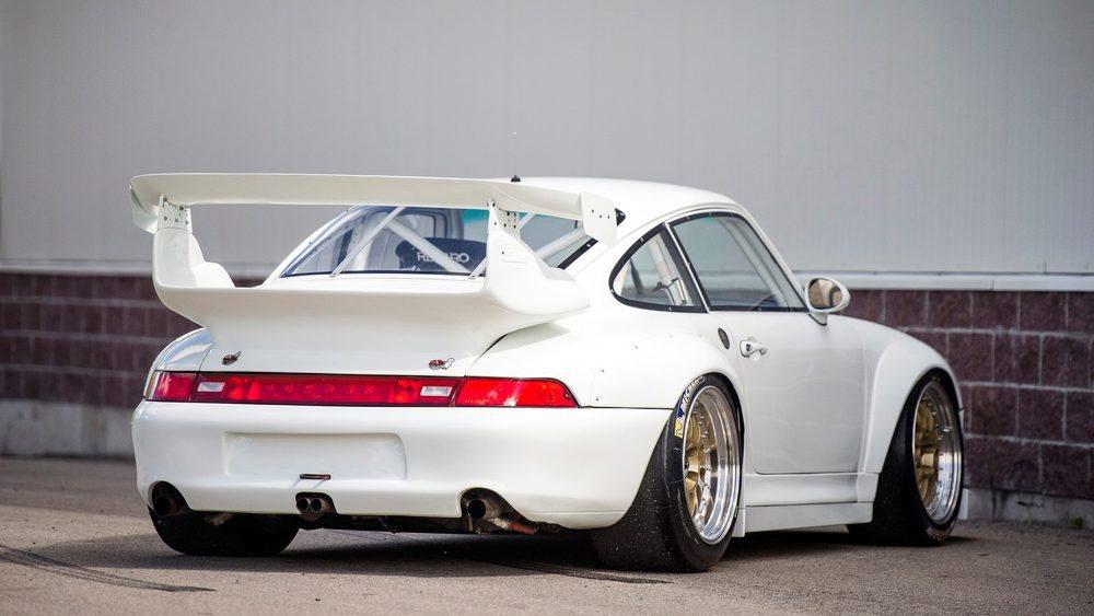 Esta versión de competición contaba con una aerodinámica específica y su motor 3.6 biturbo generaba 600 CV. Nació para plantar cara al McLaren F1 GTR y finalmente fue reemplazado un año más tarde por el Porsche 911 GT1.