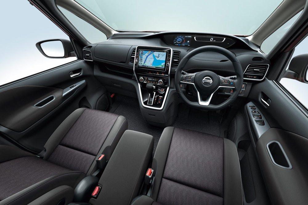 Ahora la instrumentación es completamente digital en estos nuevos Nissan Serena. La pantalla central táctil ha sido desarrollada por Panasonic y desde ella se controla el sistema de infoentretenimiento o la navegación. Todos recurren a un cambio automático CVT.