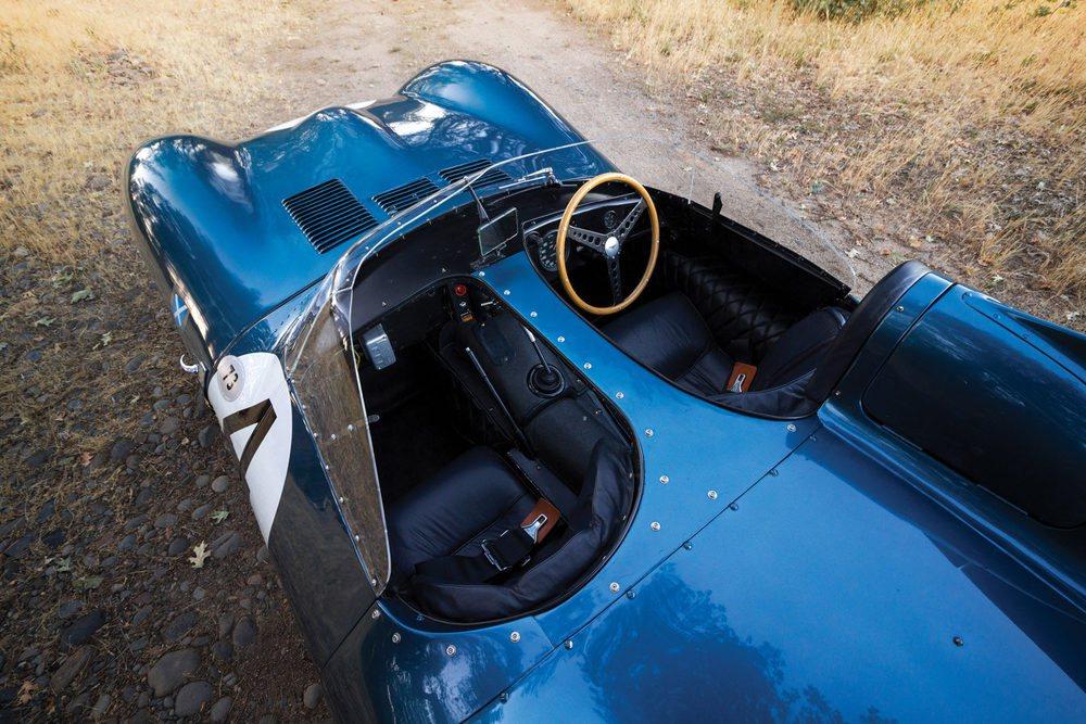 El Jaguar D-Type era todo un adelantado a su tiempo. Se fabricaba en aluminio y se inspiraba en el mundo aeronáutico. Su cuidada aerodinámica le permitía alcanzar en la recta de Mulsanne cerca de 280 km/h, determinante para vencer las 24 Horas de Le Mans.