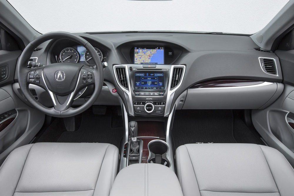 La calidad de acabado se tiene muy en cuenta en estos Acura TLX. En su interior hay espacio para cinco ocupantes y cuentan con infinidad de ayudas a la conducción, además de elementos de confort e infoentretenimiento.