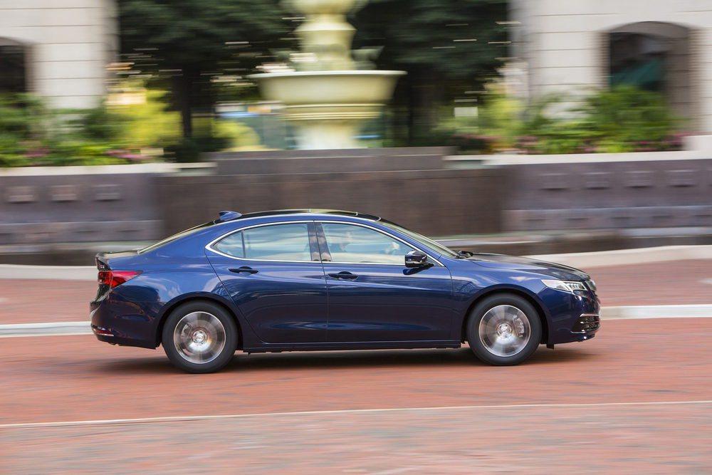 Este Acura TLX toma la base del Honda Accord que se vende en Estados Unidos. Comparte motores con él, pero soprende por las transmisiones empleadas. Ambas son automáticas y tienen 8 y 9 velocidades, además de que son de doble embrague y de convertidor, respectivamente.