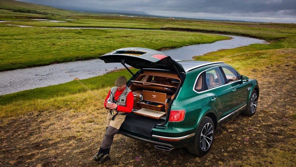 El maletero de estos Bentley Bentayga Fly Fishing by Mulliner se ha personalizado con nuevos cajones fabricados en cuero y madera, donde podemos transportar con el mayor lujo y refinamiento todos nuestro utensilios para un agradable día de pesca.