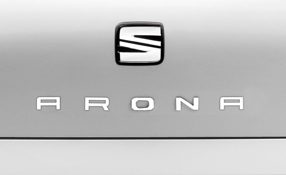 Recreación de cómo podría quedar el nombre de Arona en la trasera junto al logotipo de Seat.