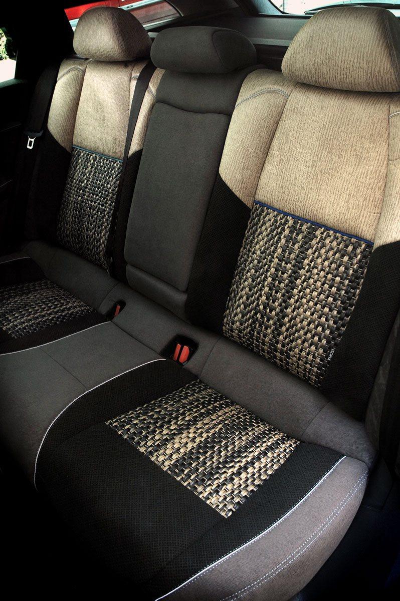 En el tapizado de los asientos se aprecia el trabajo artesanal y la combinación de materiales y colores.