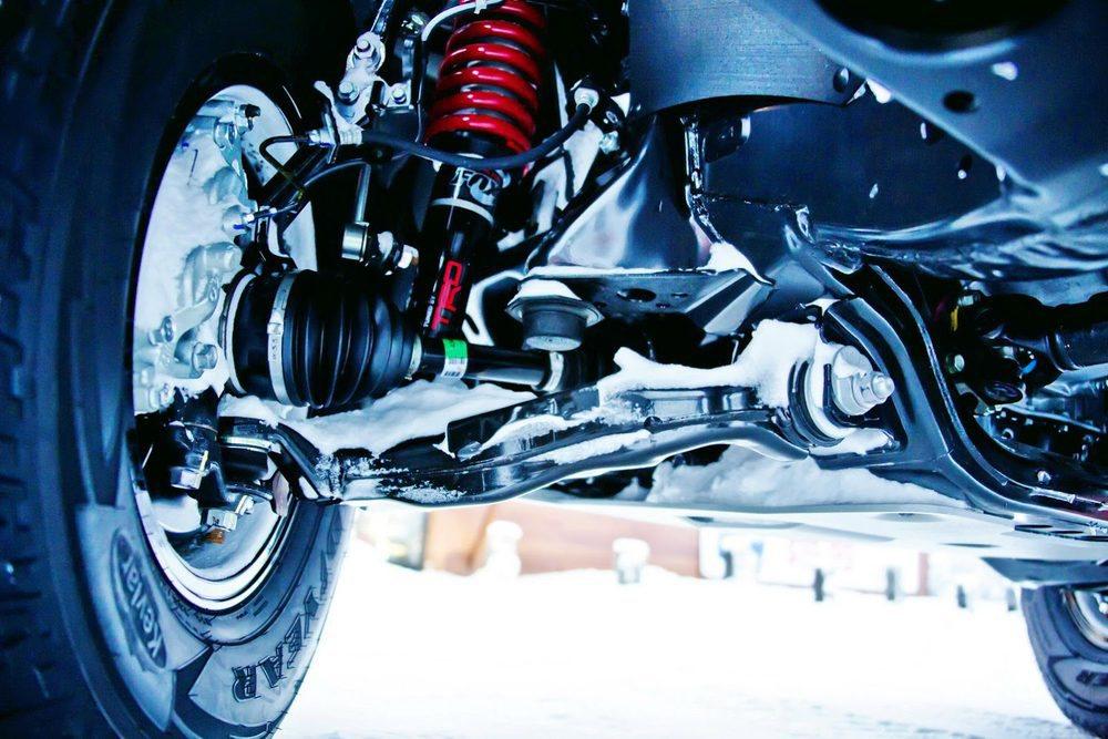Los nuevos componentes de la suspensión estan firmados por FOX y elevan la altura libre al suelo en 2,5 centímetros. Sus neumáticos desarrollados por Goodyear se refuerzan con kevlar para soportar las condiciones más adversas en conducción off-road.