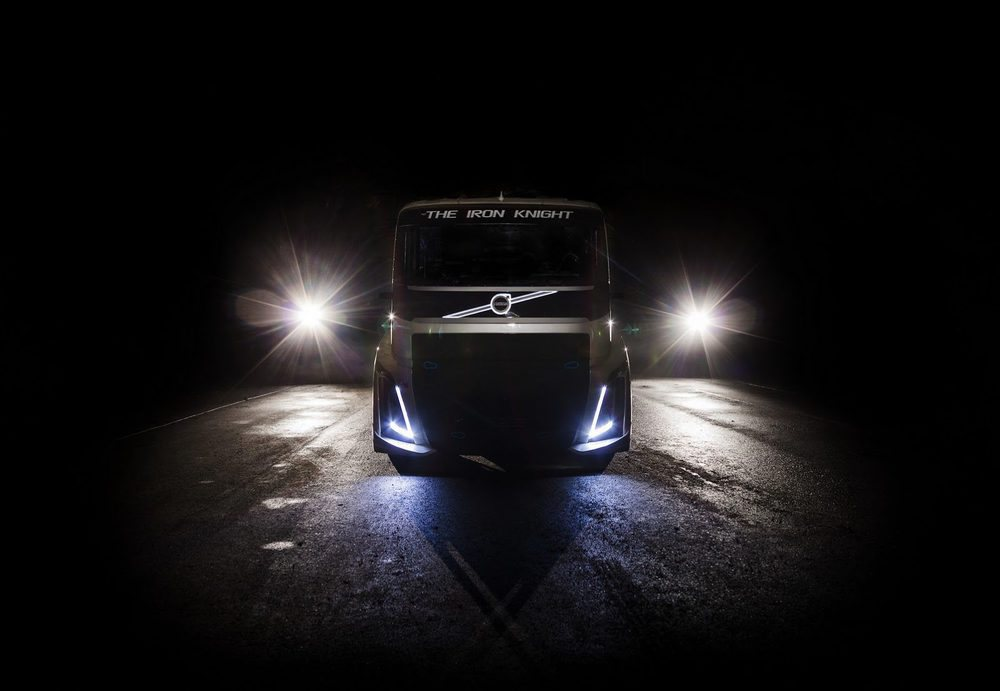 El 24 de agosto Volvo Trucks intentará batir su propio récord de velocidad, actualmente en 236,577 km/h. Esta es la máquina elegida, capaz de proporcionar 2.400 CV y 6.000 Nm. Su carrocería es de fibra de vidrio, pero aún así, pesa 4.500 kilos.