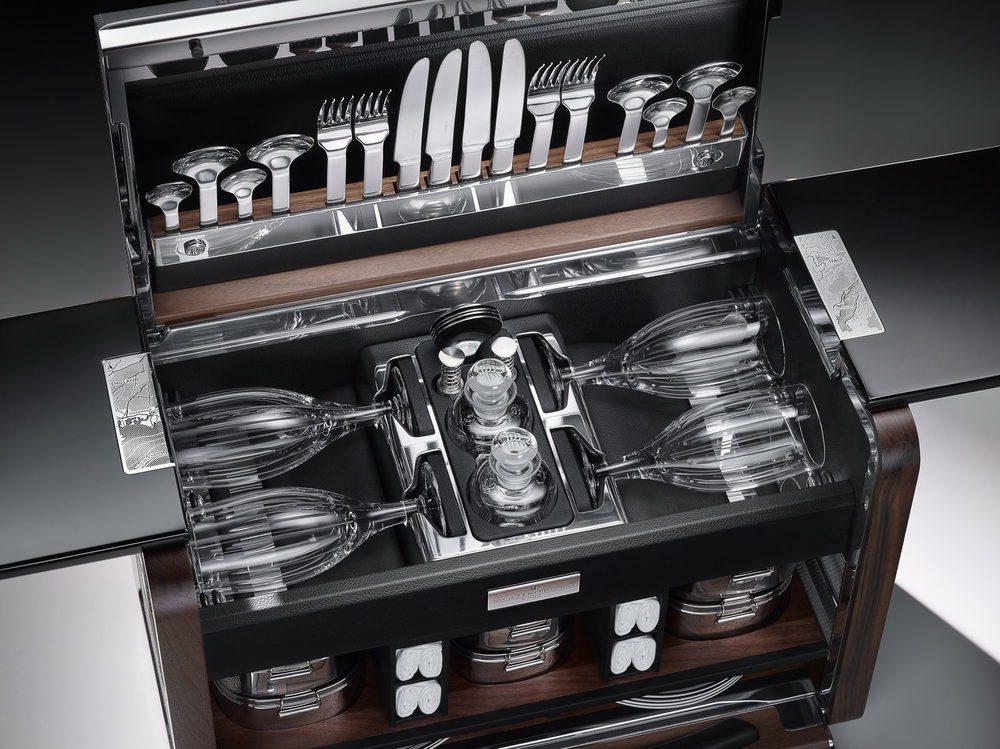 La cubertería, la vajilla o la cristalería que encontramos meticulosamente ordenada en el interior de esta cesta de picnic ha sido creada exclusivamente para Rolls Royce. Esta cesta se fabrica en aluminio y madera de nogal, mientras que el cuero va a juego con nuestro Phantom.