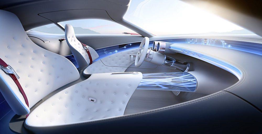 El interior está ideado como un 2+2 plazas, pero las traseras no ofrecerán el confort y la tecnología que lucen las delanteras. Todo su habitáculo está rematado en cuero y madera de olmo, mientras que la información corre por cuenta de hologramas, Head-Up-Display...
