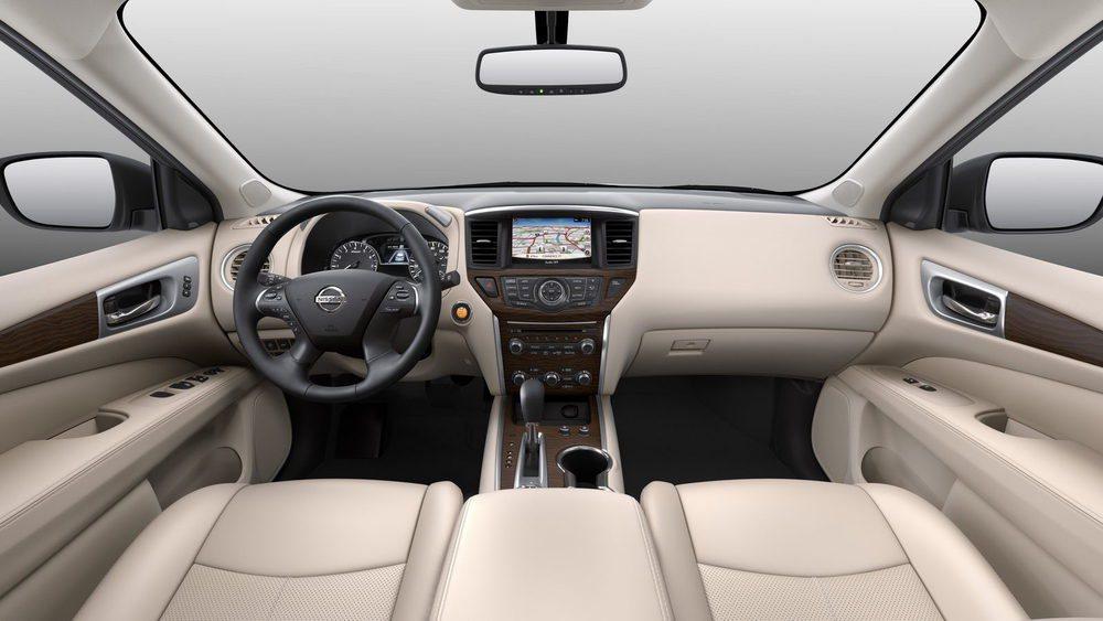 En el interior de estos Nissan Pathfinder se estrena una pantalla TFT entre sus relojes analógicos y una nueva pantalla táctil de 8 pulgadas para el sistema NissanConnect. La firma nipona también ha revisado los tapizados y los guarnecidos de este todocamino.