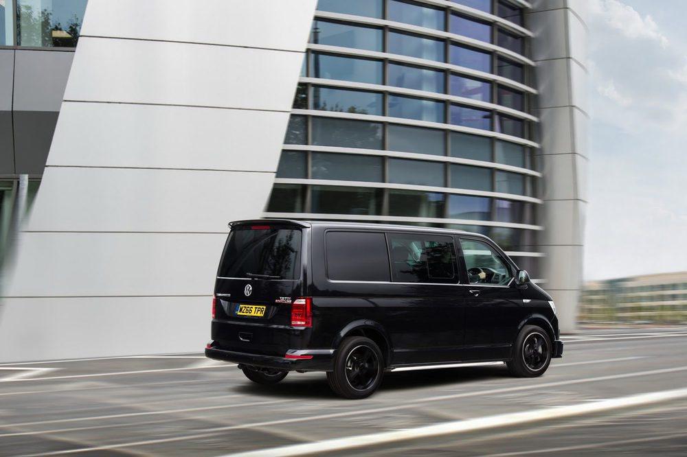 Volkswagen imprime un toque deportivo a su T6 Transporter, por lo menos en Reino Unido, con la llegada de estos Sportline. Allí sólo se ofrecen en color negro y con el motor 2.0 BiTDI de 180 CV, una mecánica que ya no se ofrece en España y se asocia al cambio DSG7.