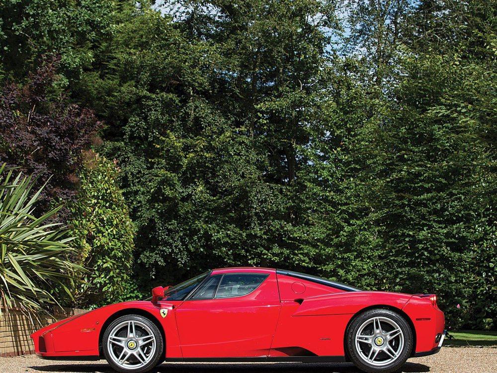 Este Ferrari Enzo que subastará RM Sotheby's el siete de septiembre está fabricado en marzo de 2003 y tiene el número de chasis #132648. En sus 13 años de vida sólo ha recorrido 2.367 kilómetros y se encuentra en un estado de colección.