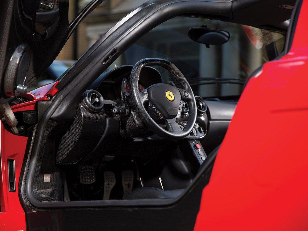 Su primer propietario, un coleccionista de Florida, sólo lo condujo 163 kilómetros y el segundo tuvo un accidente con él. En 2008 regresó a Europa y ahora este Ferrari Enzo busca un nuevo hogar, pero no va a ser nada barato, pues arranca en 1,4 millones de euros.