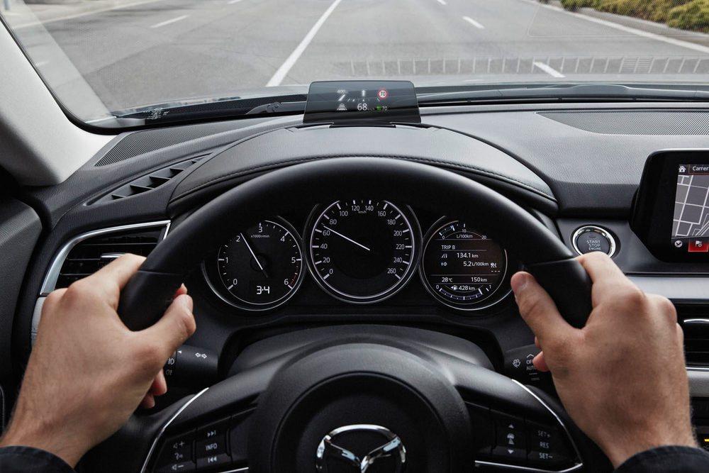 El Head Up Display aumenta de tamaño para que el conductor pueda tener una información más clara. Además se puede memorizar su posición en coordinación con los reglajes del asiento.