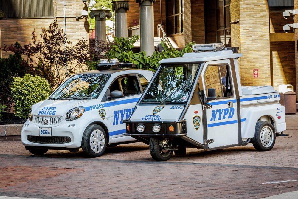 La policía de Nueva York reemplazará su flota de scooter de tres ruedas por estos llamativos Smart ForCops. Entregarán 250 ejemplares y los 100 primeros ya patrullan las concurridas calles y avenidas de la gran manzana.