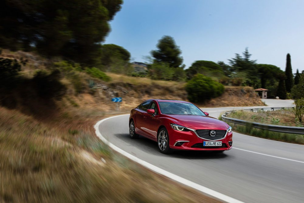 El Mazda tiene un bastidor muy afinado pero con una suspensión que se muestra muy blanda en carreteras de montaña. En autopista es muy confortable