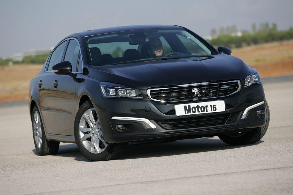 El Peugeot sorprende por su agilidad. Hay que destacar que las versiones más potentes disponen de un eje delantero de doble triángulo todavía más eficaz.
