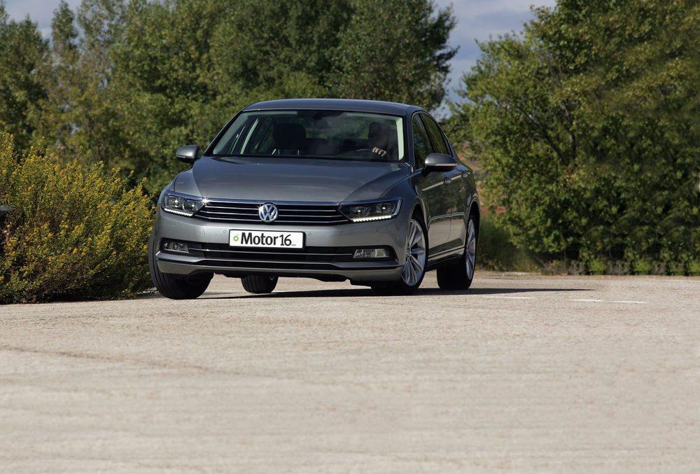 El Passat utiliza la nueva plataforma MQB de Volkswagen. La estabilidad no admite crítica pero ha perdido un poco de refinamiento de marcha