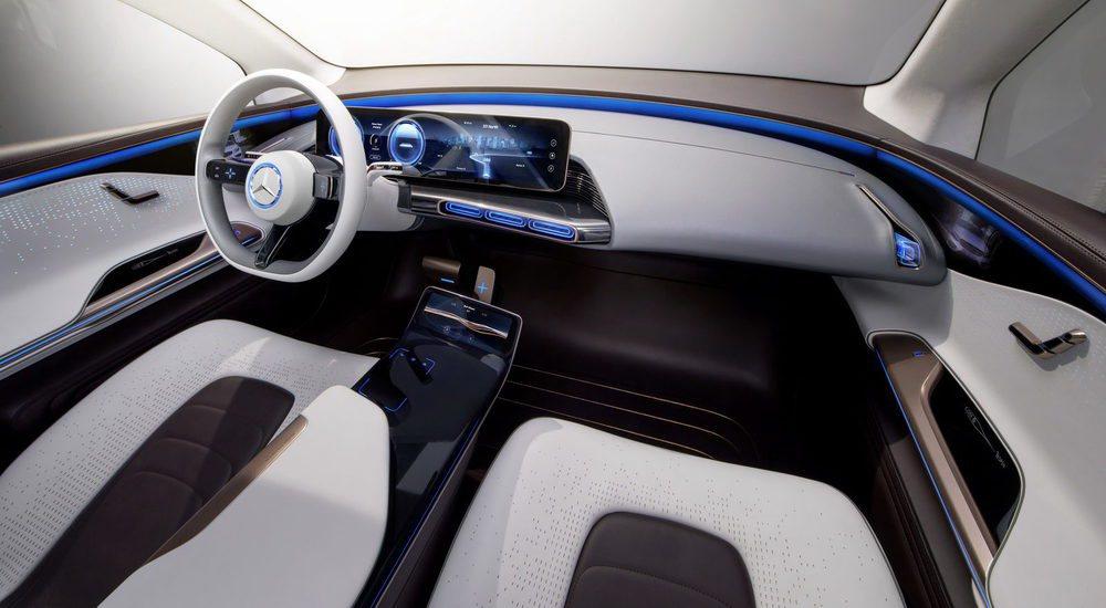 Su minimalista interior prescinde de botones físicos y lo preside una generosa pantalla de 24 pulgadas que es sensible al tácto al igual que las dos pantallas OLED del volante. No hay espejos retrovisores y en su lugar hay dos cámaras en las puertas delanteras.