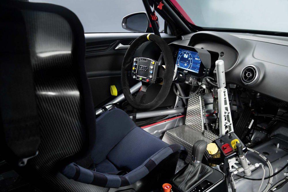 Además de presentar una radical aerodinámica, el interior de este Audi RS3 LMS se ha vaciado por completo. Sólo aparece un baquet de carbono, arneses de seguridad, una jaula interior y toda la información precisa para usar en circuito.