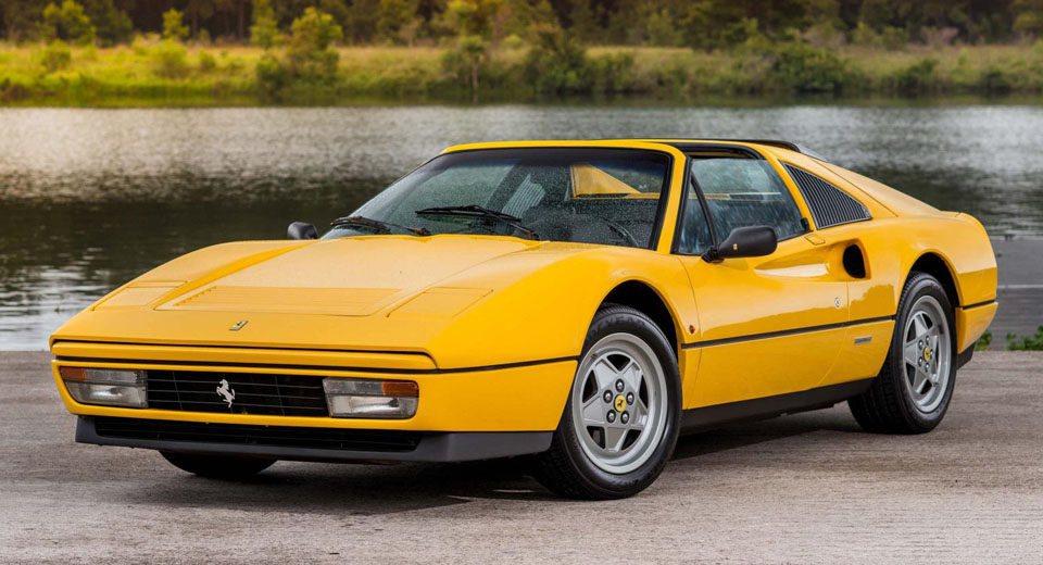 En 1982 se pone a la venta el primer Ferrari de calle con un propulsor sobrealimentado. Se trata del Ferrari 208 GTB Turbo, que contaba con un 2.0 V8 equipado con un turbocompresor capaz de elevar su potencia de 155 a 220 CV.