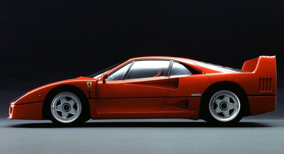 Los chicos de Maranello aprovecharon todo el desarrollo del Ferrari 288 GTO para desarrollar este Ferrari F40, un bólido que conmemoraba el 40 aniversario de la firma italiana. Su corazón 2.9 V8 Biturbo proporcionaba nada menos que 478 CV de potencia.