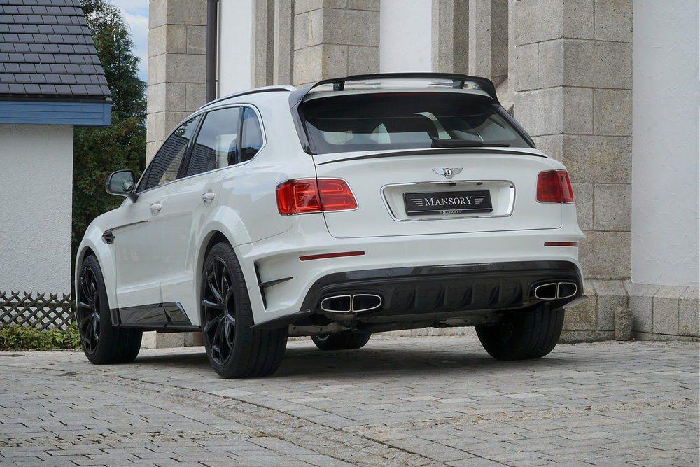Mansory mete mano al SUV más veloz del mercado. El Bentley Bentayga recibe un completo kit aerodinámico en carbono, estas llantas de 23 pulgadas o una actualización para su 6.0 W12 Biturbo que ahora genera una potencia de 701 CV para llegar a 311 km/h.