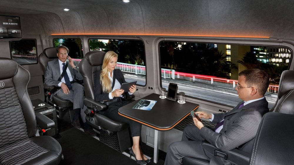 En la parte trasera encontramos seis confortables asientos completamente regulables y con calefacción. Todos se tapizan en cuero, mientras que aparecen mesas, pantallas de televisión, conexión WiFi, nevera o una tablet para controlar incluso la climatización.