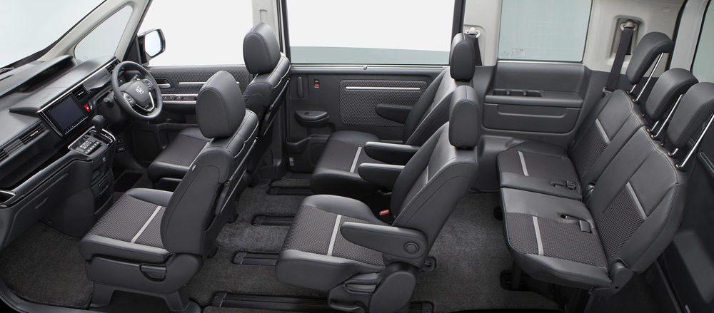 Estos Honda Step WGN Modulo X no sólo ganan un aspecto exterior deportivo, sino que por dentro, sus asientos presentan un tapizado específico, volante deportivo y una pantalla central de 9 pulgadas con unos gráficos creados para ellos. Mantiene siete asientos.