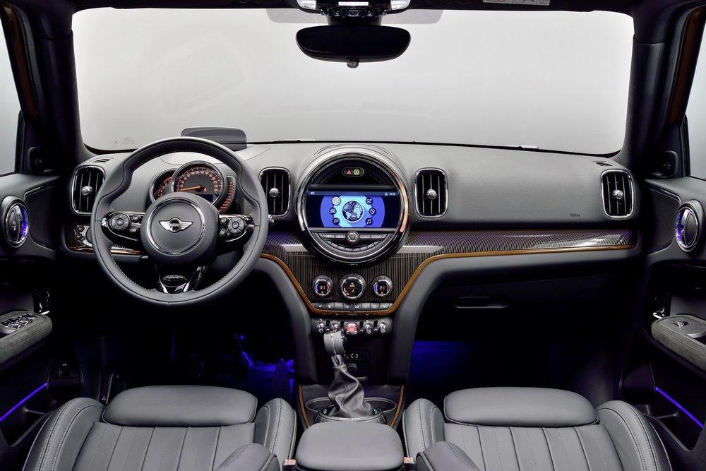 Su mayor tamaño le proporciona un habitáculo más espacioso. Ahora bien, Mini ha mejorado su ergonomía con una nueva pantalla táctil y se ofrecerá lo último en ayudas a la conducción. Su interior también será personalizable al máximo, algo habitual en Mini.