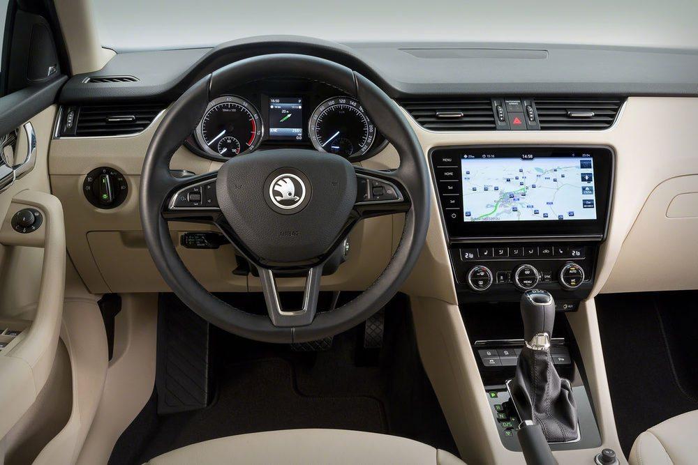 No hay grandes cambios en el interior. Todos los equipos de sonido y de navegación incorporan ya una pantalla táctil. Y ofrece los sistemas de conectividad más avanzados.