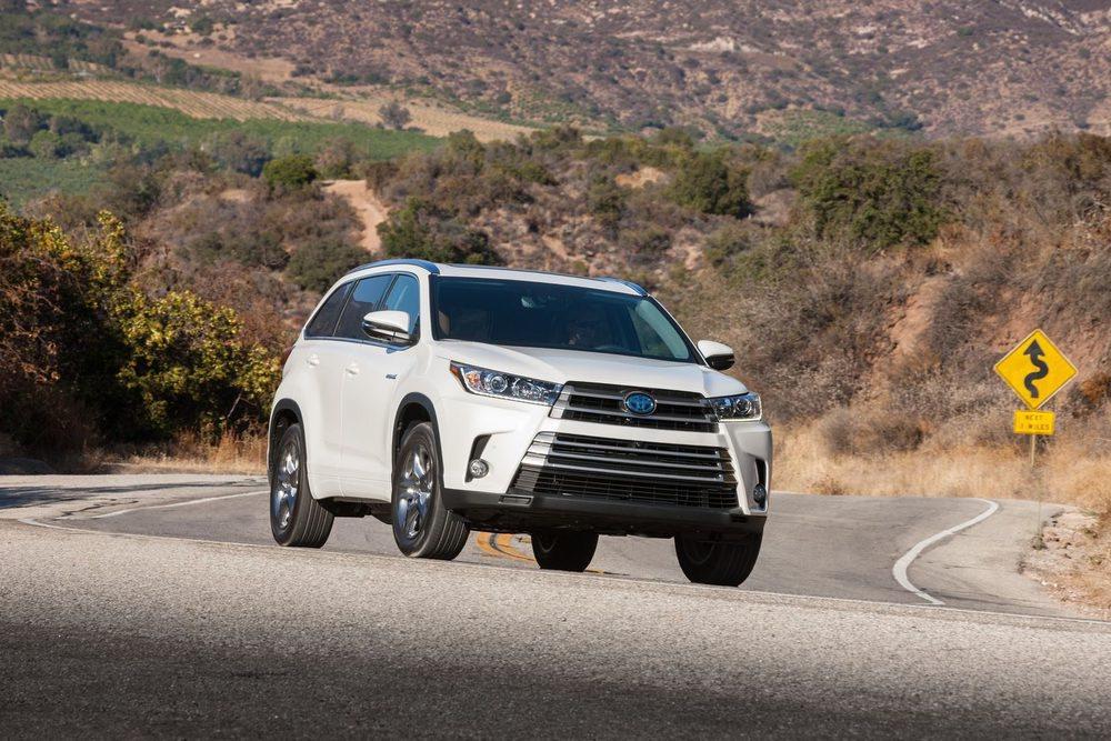 Para esta temporada Toyota revisa el exterior de su Highlander, que ve como su 3.5 V6 se actualiza y gana 25 CV de potencia y un cambio automático de 8 velocidades. Seguirán ofreciendose las versiones Hybrid, que se diferencian por los detalles exteriores en el típico color azul.