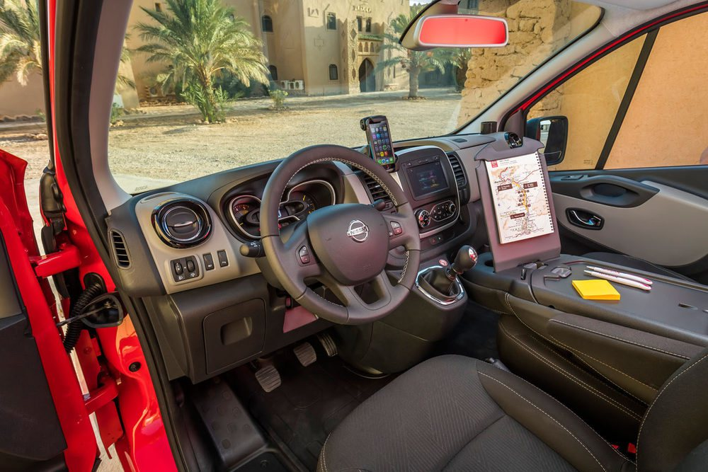 El puesto de conducción no tiene nada que envidiar al de modelos turismo de Nissan. Está pensado para ofrecer la máxima practicidad y ergonomía al conductor.