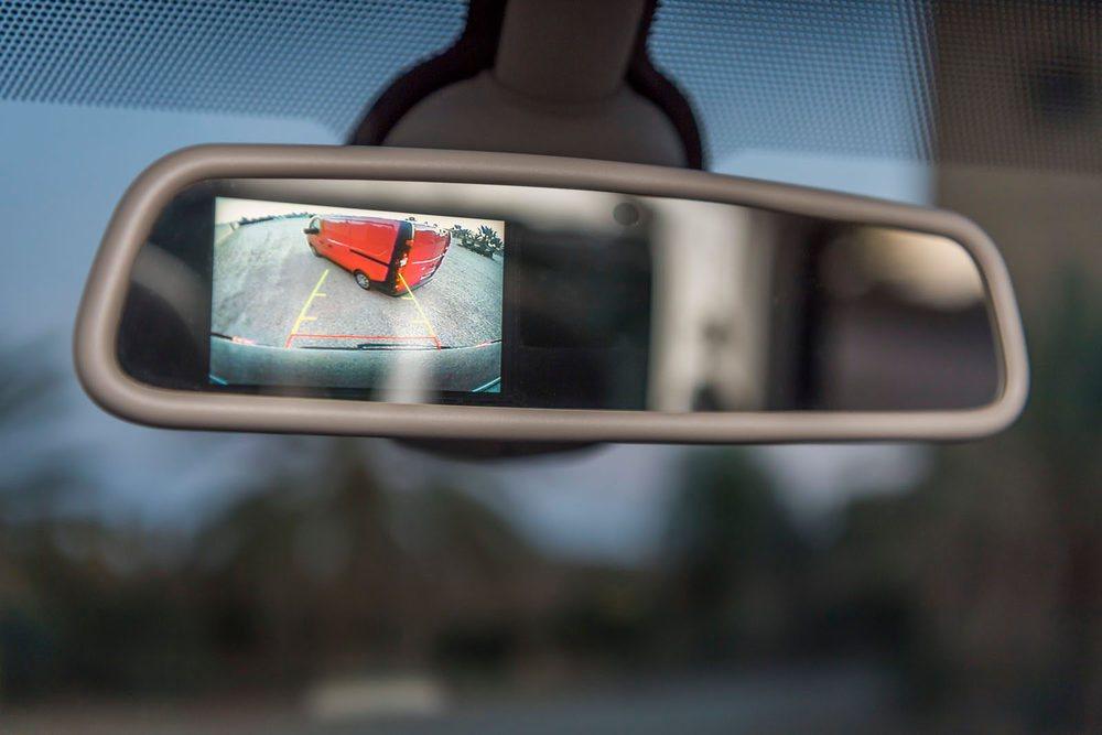 Detalles como la cámara de visión trasera que se proyecta en el retrovisor muestran algunas de las soluciones del Nissan NV300.