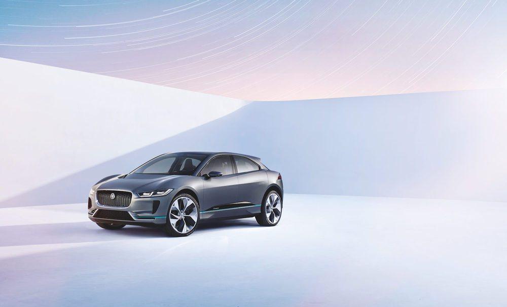 Este tecnológico crossover se convertirá en el primer eléctrico de Jaguar y se pondrá a la venta en 2018. Su diseño exterior la permite ofrecer un Cx de sólo 0,29, apuesta por faros Full LED y estas llamativas llantas de 23 pulgadas. Mide cinco centímetros menos que el F-PACE.
