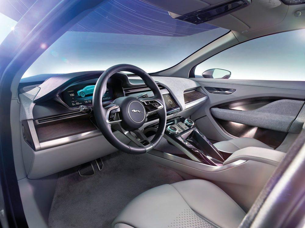 El diseño interior está inspirado en el deportivo Jaguar C-X75 y apuesta por ofrecer mandos táctiles y dos pantallas TFT de 12 pulgadas. Tiene casi tres metros de distancia entre ejes y su espacio interior es suficiente para cinco ocupantes. No faltan detalles en aluminio, tapicería en cuero...