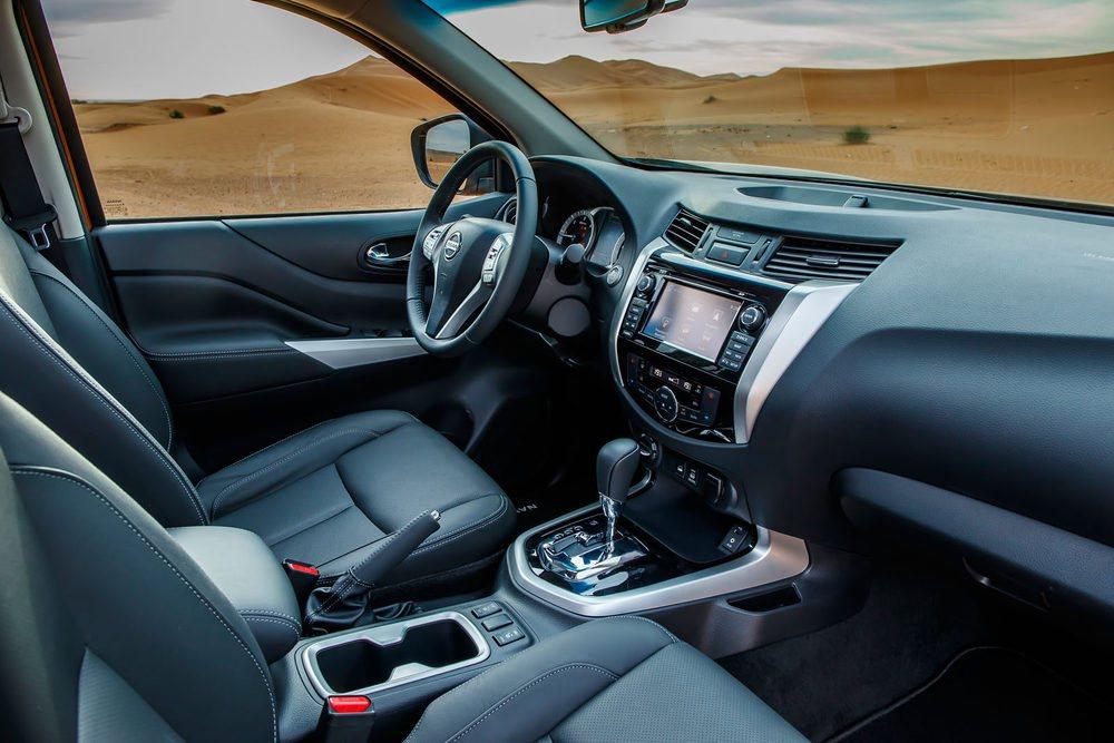 En el interior, ni por calidad de acabados ni por equipamiento, el Nissan Navara tiene nada que envidiar a cualquier turismo.