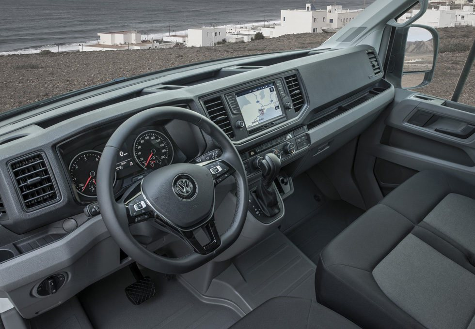 La ergonomía interior se ha mejorado drásticamente. En su equipamiento no faltará la opción al sistema de navegación, asientos con masaje y lo último en sistemas de ayuda a la conducción. Los TDI 140 y 177 podrán equipar un cambio automático de 8 velocidades.