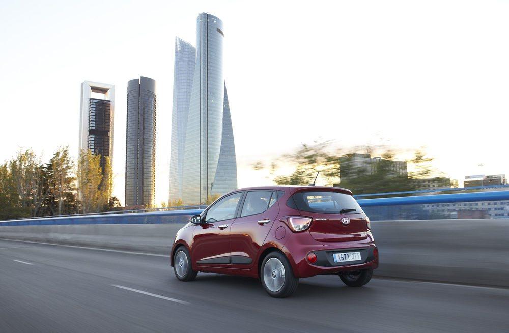 Dos son las opciones mecánicas disponibles para el Hyundai i10. Ambas son de gasolina, atmsoféricas y erogan 66 y 87 CV respectivamente. Brillan por su suavidad y bajo consumo. Además ahora hay nuevos sistemas de ayuda a la conducción y se mejora su puesta a punto.