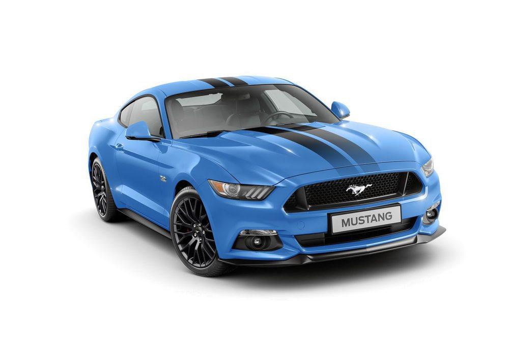 Este llamativo color azul se denomina Grabber Blue y es exclusivo para estos Blue Edition que llegarán a Europa. Está decorado con adhesivos exteriores negro, con estas llantas de 19 pulgadas y el splitter delantero, más prominente que en los demás Mustang.