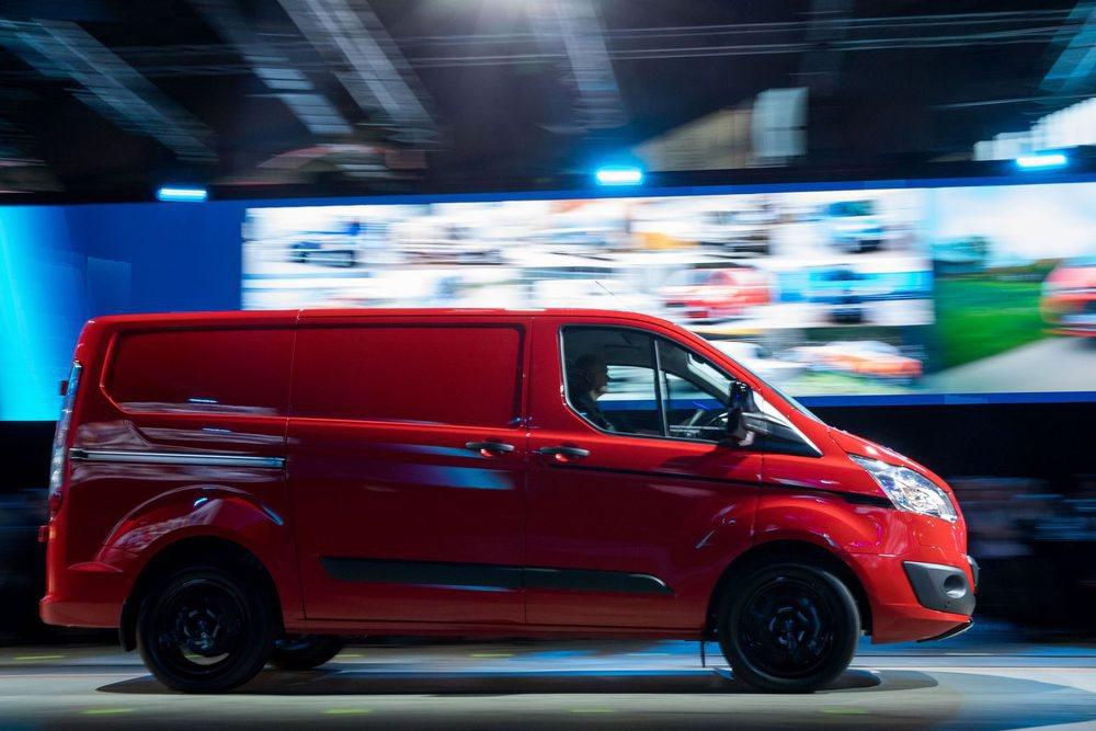 Los Ford Transit Custom Color Edition pueden estar pintados en rojo, azul, blanco o negro, siempre con el techo, tiradores y retrovisores en contraste. Las llantas pueden ser negras y hasta de 18 pulgadas, además de que pueden tener un motor con 170 CV de potencia.