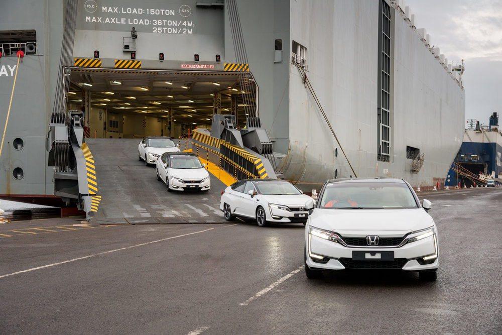 Estas son las cuatro primeras unidades del Honda Clarity Fuel Cell que llegan a Europa. Lo hacen gracias a un nuevo programa conocido como HyFIVE por el que cinco marcas pondrán en funcionamiento en Europa 185 vehículos alimentados por hidrógeno.