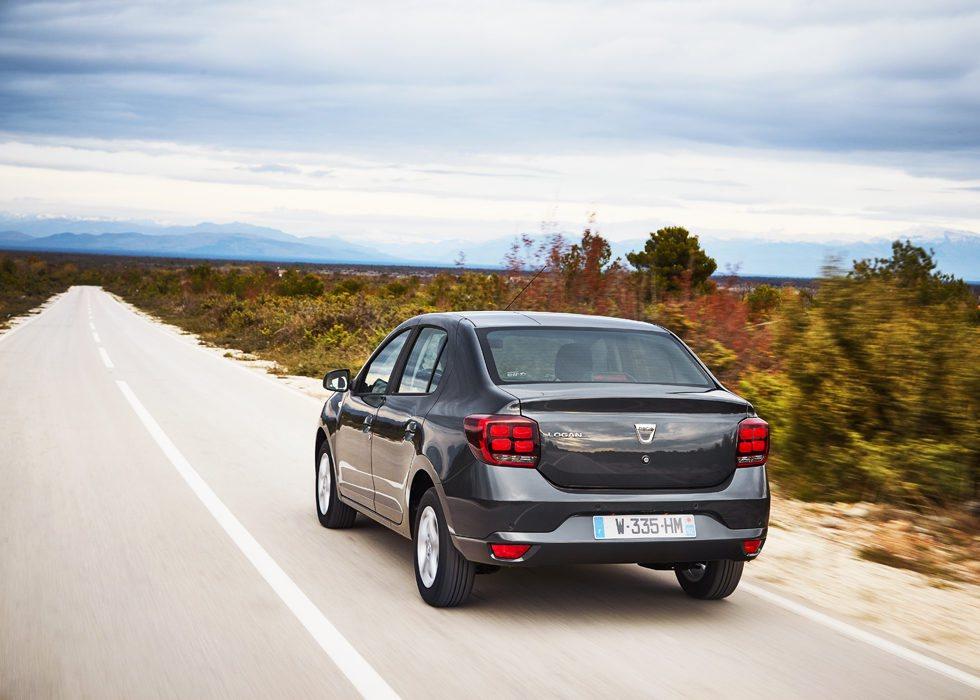 Los Dacia Logan también estrenan los nuevos pilotos traseros (no así el Logan MCV) y también puede equipar el solvente motor 1.0 SCe, una mecánica de tres cilindros que reemplaza al 1.2 16 válvulas. Dacia no ha variado el chasis, las suspensiones, los frenos, dirección...