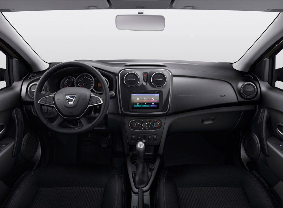 Para mejorar la ergonomía se han reposicionado los mandos de los elevalunas y se puede equipar esta funcional pantalla táctil, que puede añadir cámara de marcha atrás. El volante es de nuevo diseño y ahora ya integra el claxon. Todos los modelos soprenden por su amplitud.