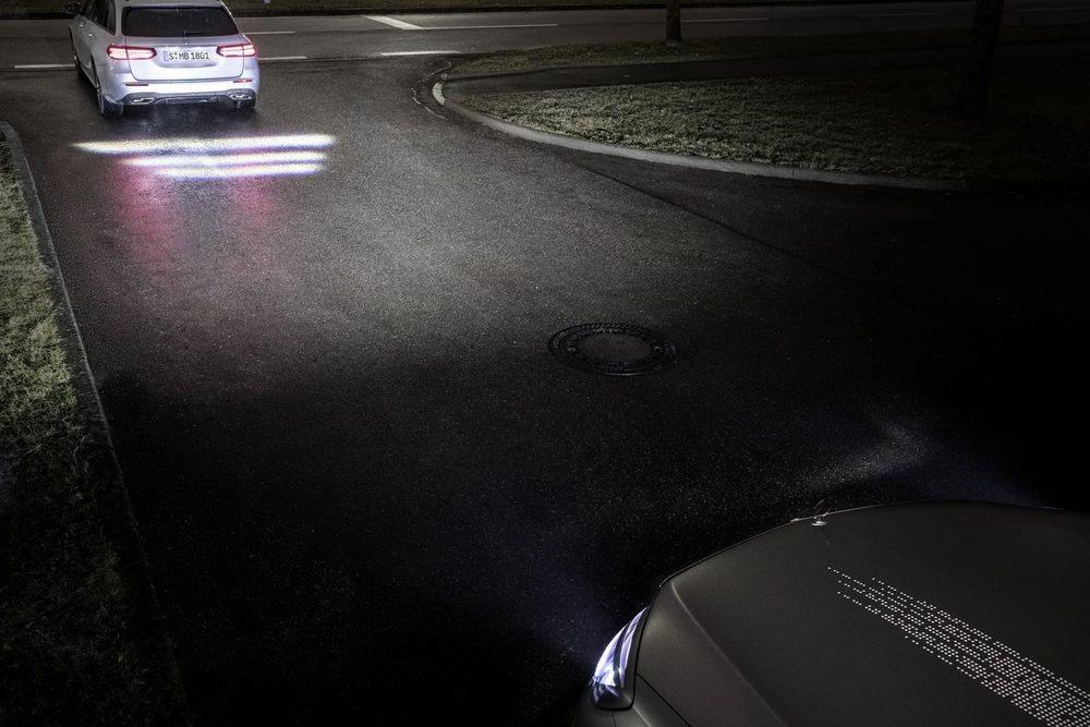 En un futuro veremos esta tecnología Digital Light en los vehículos de Mercedes Benz. Cada uno de sus faros delanteros son capaces de proyectar imágenes en el suelo para comunicarse con el resto de usuarios de la vía.
