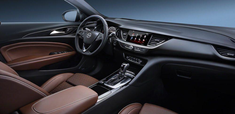 El interior gana en amplitud y el diseño del cuadro de instrumentos y el salpicadero recuerda al del Opel Astra.