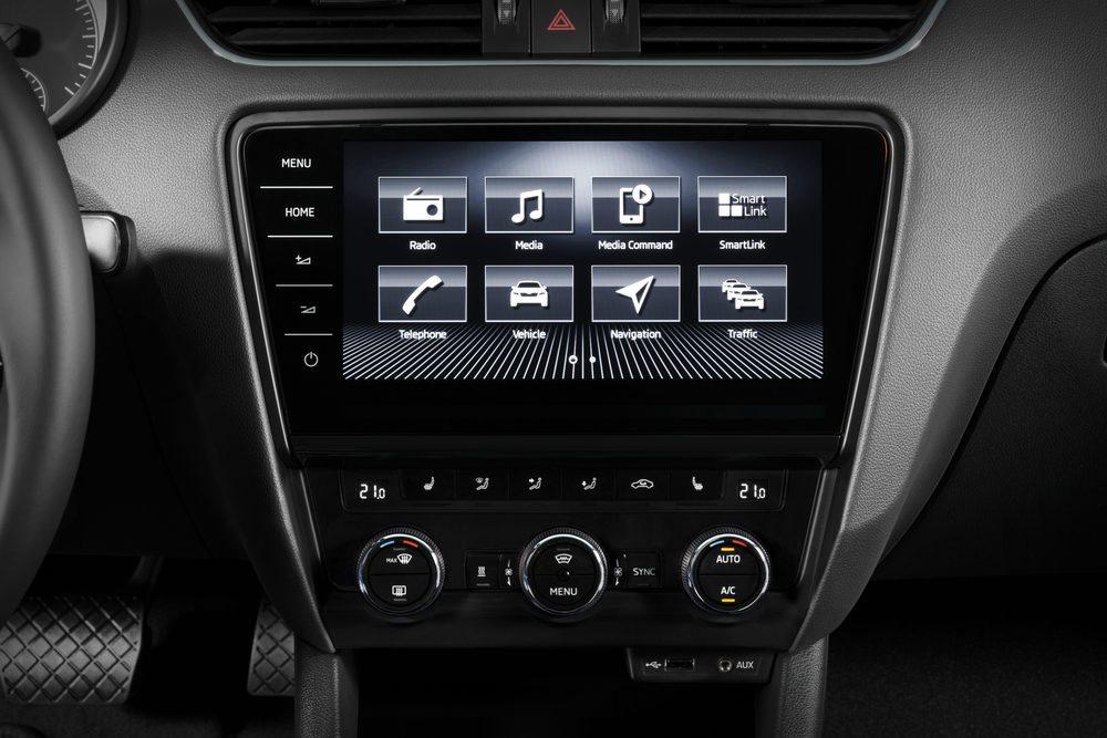 La pantalla táctil en el salpicadero del nuevo Skoda Octavia permite manejar las funciones y añadir aplicaciones de información.